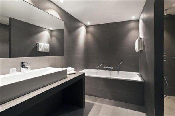 Mooie strakke badkamer. Vloertegels ook op de wand.