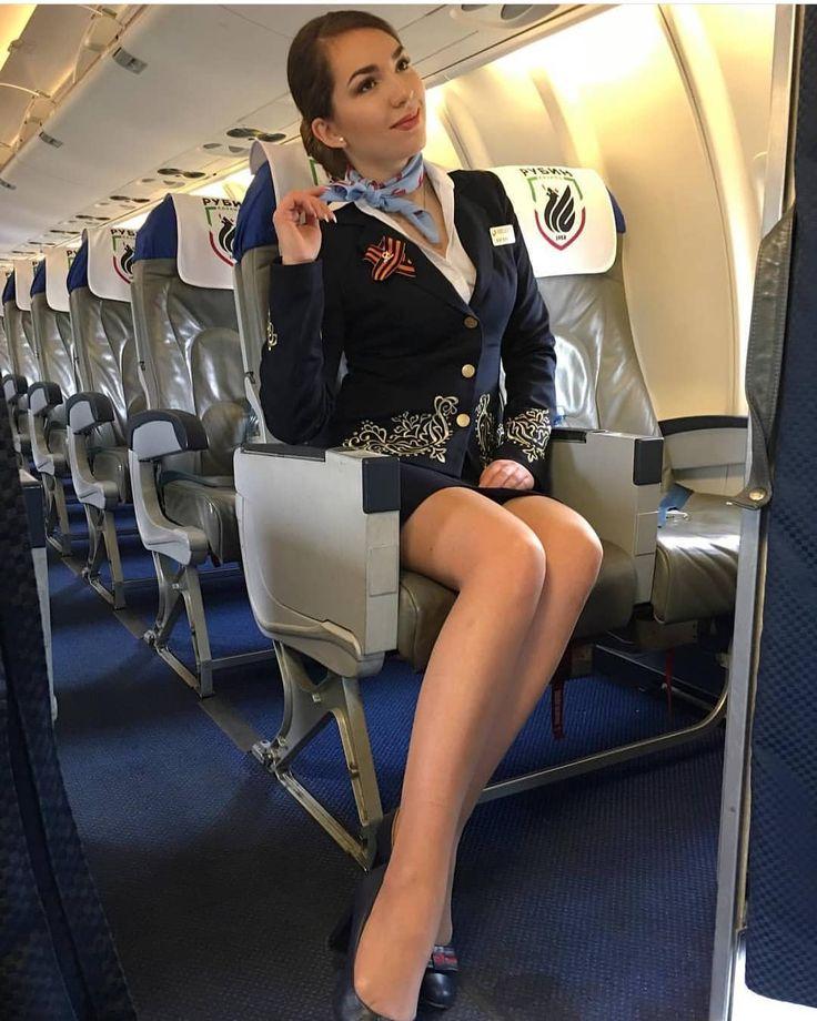 что она стюардесса позирует в кресле довольные