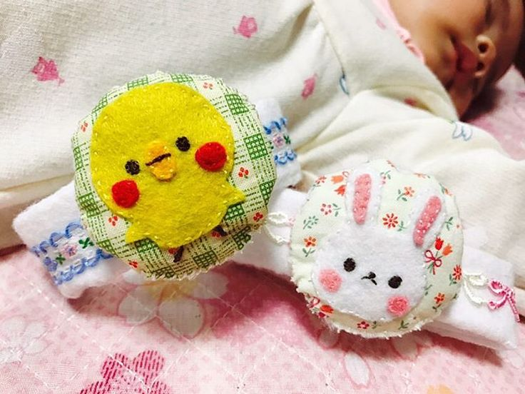 . リストラトルを作りました( *´꒳`* ) 中に鈴が入っていて、りんりん鳴るよ♪ 材料を100均で揃え、デザインを考え、手縫いでちくちく… 4時間ほど熱中して製作してしまいました。嗚呼、楽しかった… * #baby #赤ちゃん #ハンドメイド #ハンドメイドベビー #手芸 #手縫い #手作り #手作りおもちゃ #ラトル #がらがら #爆睡中 #ママリ #ベビフル #ベビリトル #コドモノ #コノビー #コズレ . * 最近おてて博士かのように、自分の手をじっと見つめてはしゃぶる娘さん。 これをつけて、ますますおててを動かしてくれるといいなぁ◟̆◞̆❤︎