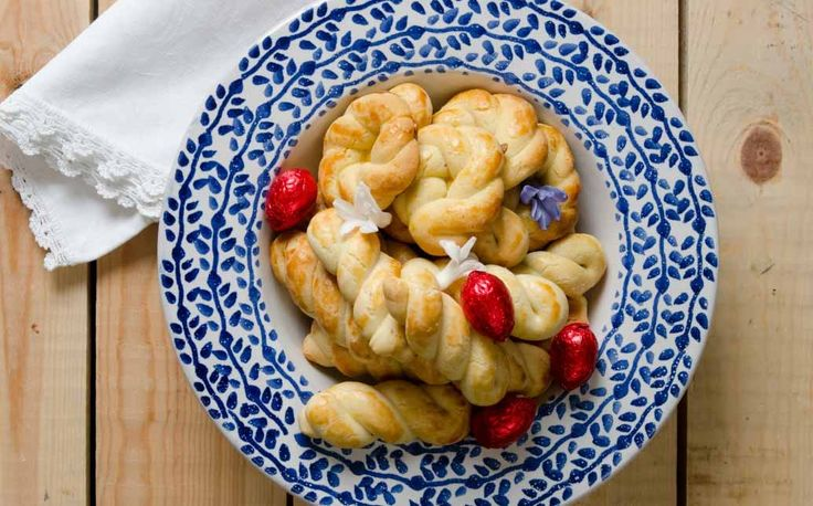 Εύκολη και γρήγορη συνταγή για σπιτικά, πασχαλινά κουλούρια, από τον Στέλιο Παρλιάρο και τα Lurpak Μαγειρέματα!