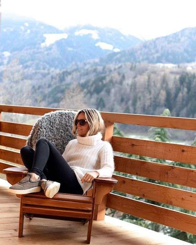 Look con pantalones y jersey lana - Look para después de esquiar con pantalones ajustados en denim oscuro y jersey largo de lana en color blanco.