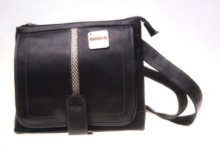 Maleta para hombre elaborada en cuero, diseño deportivo con broche. Color negro