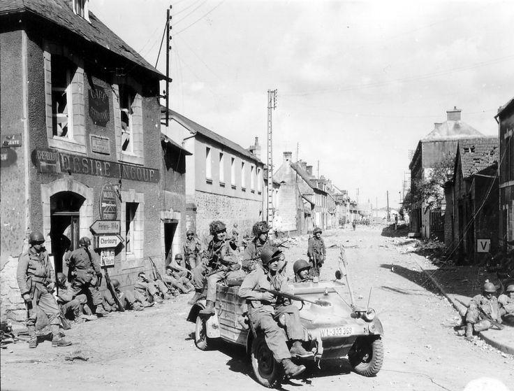 Des parachutistes de la 101e division aéroportée de l'armée américaine conduisent un véhicule Kubelwagen pris àaux Allemands à la jonction de rue Holgate et de la RN13 à Carentan le 6 juin 1944.