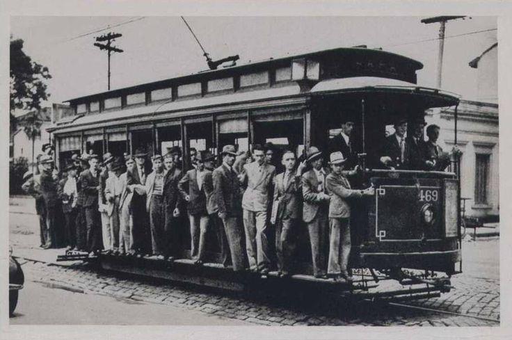 Bonde 469 transitando em rua de paralelepípedos, na linha Centro-Lapa da capital paulista, em postal da década de 1940.