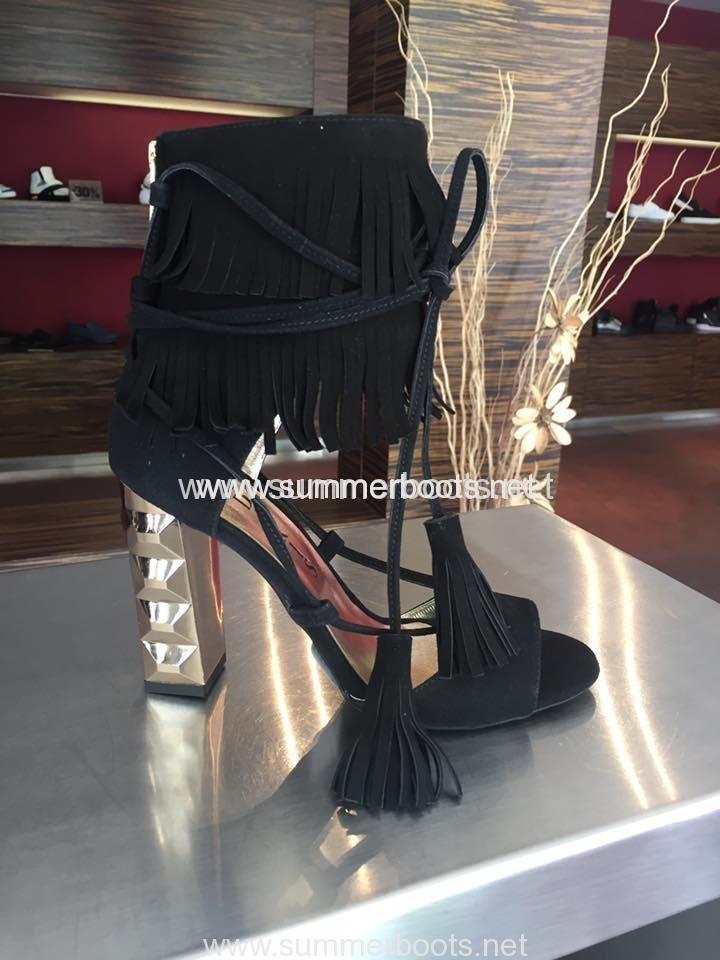Туфли с замшевым голенищем   Открытые туфли на высоком металлическом каблуке выполнены из натуральной замши и дополнены голенищем из