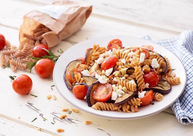 Receptenarchief Fusilli met gegrilde aubergine en cherrytomaten, Griekse feta en pijnboompitten met pijnboompitten Recept