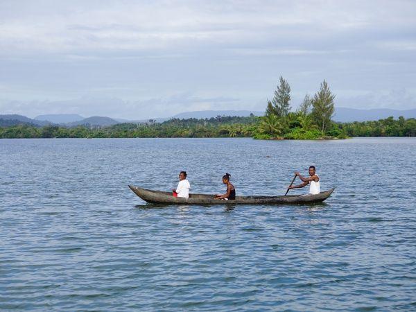 River crossing betwen Ampanavoana and Fampotakely 008.jpg