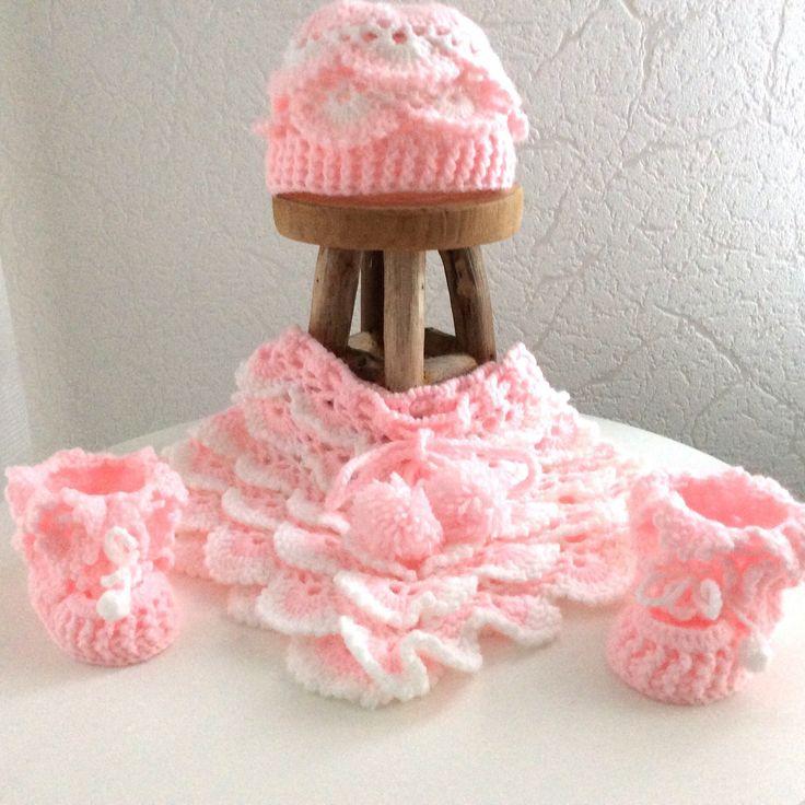 Blij om mijn nieuwste toevoeging aan mijn #etsy shop te kunnen delen: Baby poncho meisjes roze met wit,met V-halsje 0-6 maanden, kraamcadeau, koordje met pompoentjes. Baby feestje, Babyshower.