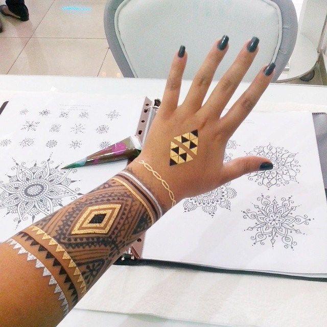 En el súper #happyplace @thenailbarbeauty ! Me encanta mi trabajo ☺☺ #henna #hennashantalla #flashtatt #santodomingo #tattoo #jagua