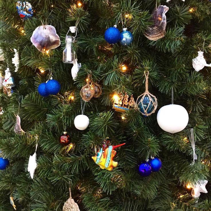 """Spanar in """"Årets julgran 2015""""  av @trendstefan  på @arlanda . Granens marint naiva tema är ju en perfekt start för alla dem som ska flyga mot varmare breddgrader. Granen med dess tema påminner mig starkt om Aruba... Ska du vara grantrendig i jul så ska du åtminstone ha en blå kula skriver Stefan. Vilken tur att Unicefs julkula 2015 (med björnen Bamse) är blå i år - så min gran kommer att vara lite trendig i år! Måste vara första gången... Plötsligt händer det!  #julgran #arlanda #jul #joulu…"""