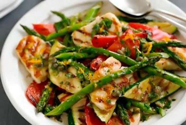 Πρωτότυπη σαλάτα με σπαράγγια, χαλούμι και ντοματίνια