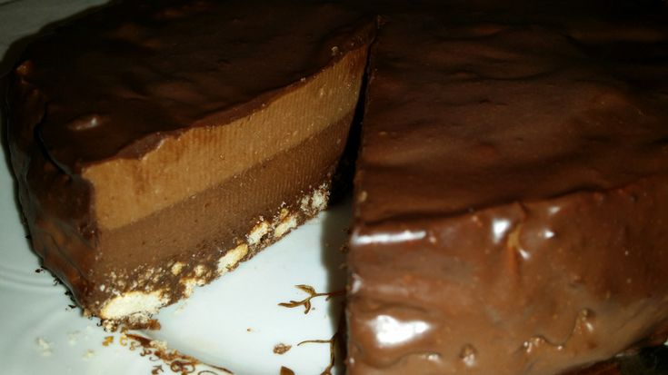 """Tort de ciocolata bicolor- Nu este un tort de ciocolata, gretos, aduce un pic cu renumita """"Paula"""" preferata copiilor. Crema se poate servi si ca o budinca."""