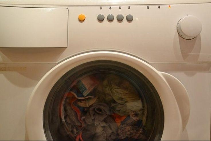 """Greşeli care îţi strică maşina de spălat. Ce trucuri trebuie șă știi? Există câteva greșeli pe care mulți dintre noi le pot face din neatenție și care ne pot strica mașina de spălat. La fel ca restul electrocanicelor şi maşinile de spălat se uzează după un timp """"setat"""" de companiile producătoare. Un studiu realizat recent …"""