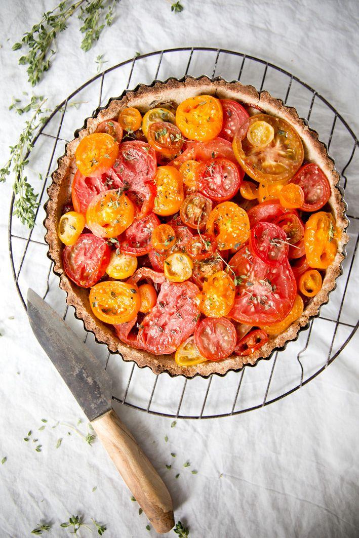 Vegane Tomatentarte mit knusprigem Boden und karamellisierten Zwiebeln