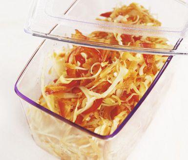 Lättlagad veckosallad med riven vitkål och morötter. Purjolök och paprika ger extra sting till salladsfavoriten. Den kokta lagen gör att grönsakerna hålls fräscha hela veckan lång, om det nu blir något kvar! Passar till både kött och fisk.