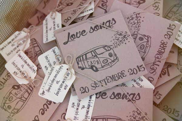cd favors in pretty kraft paper sleeves http://weddingwonderland.it/2016/06/legno-e-carta-kraft-per-un-matrimonio-rustico.html