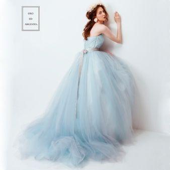 ANGELIQUE:チュールが動くたびに表情を変えるふわふわスモーキーブルーのドレス