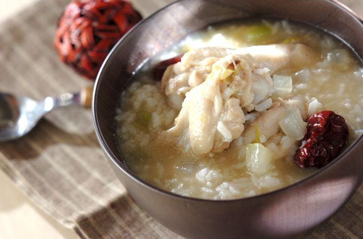 サムゲタンは韓国では夏の滋養食です。冬瓜が余分な水分を除き、鶏肉がおなかを温め、停滞した消化機能を整えます。冬瓜入りサムゲタン風雑炊/山下 和美のレシピ。[エスニック料理/米料理]2013.07.29公開のレシピです。