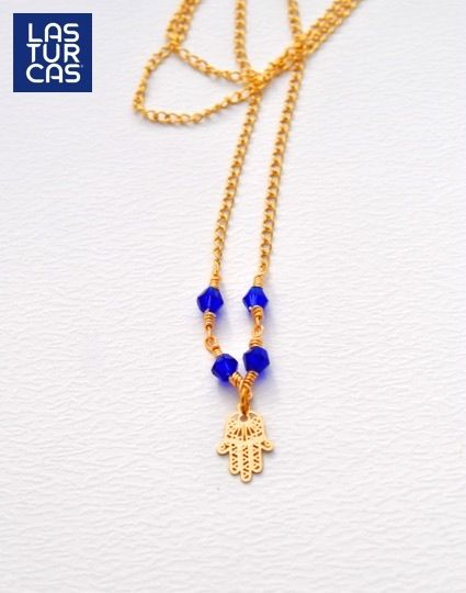 Collar mano hamsa y cristales azules en cadena con baño. #LTurcas #Collares #Accesorios #Handmade #Hechoamano