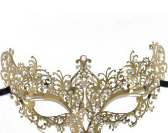Diseño de cisne hermoso y elaborado con tecnología de corte Laser Metal intrincado y acabados con delicada pedrería brillante corte. Hecho de metal ligero.  : Acabado brillante con diamantes de imitación de diamante color. -El metal es flexible por lo que el usuario puede ajustar el ajuste. --La máscara se fija a la cara con dos lazos de cintas de raso en ambos lados de la máscara.  Disponible en color negro, blanco, oro o plata del metal con las piedras claras ***  Recomendado para Venecia…