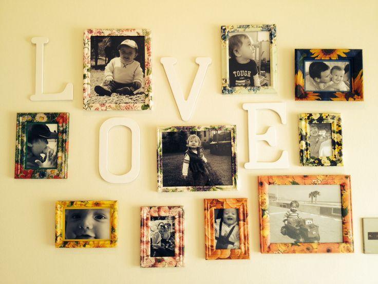 Marcos viejos convertidos en bello mural de fotos.