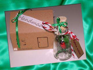 """""""Χρόνια πολλά""""  Γυάλινο μπουκαλάκι με γυάλινη πασχαλίτσα και πράσινη χρυσόσκονη στο εσωτερικό του. Από το λαιμό του μπουκαλιού κρέμεται επάργυρο τετράφυλλο τριφύλλι (το τυχερό!)"""