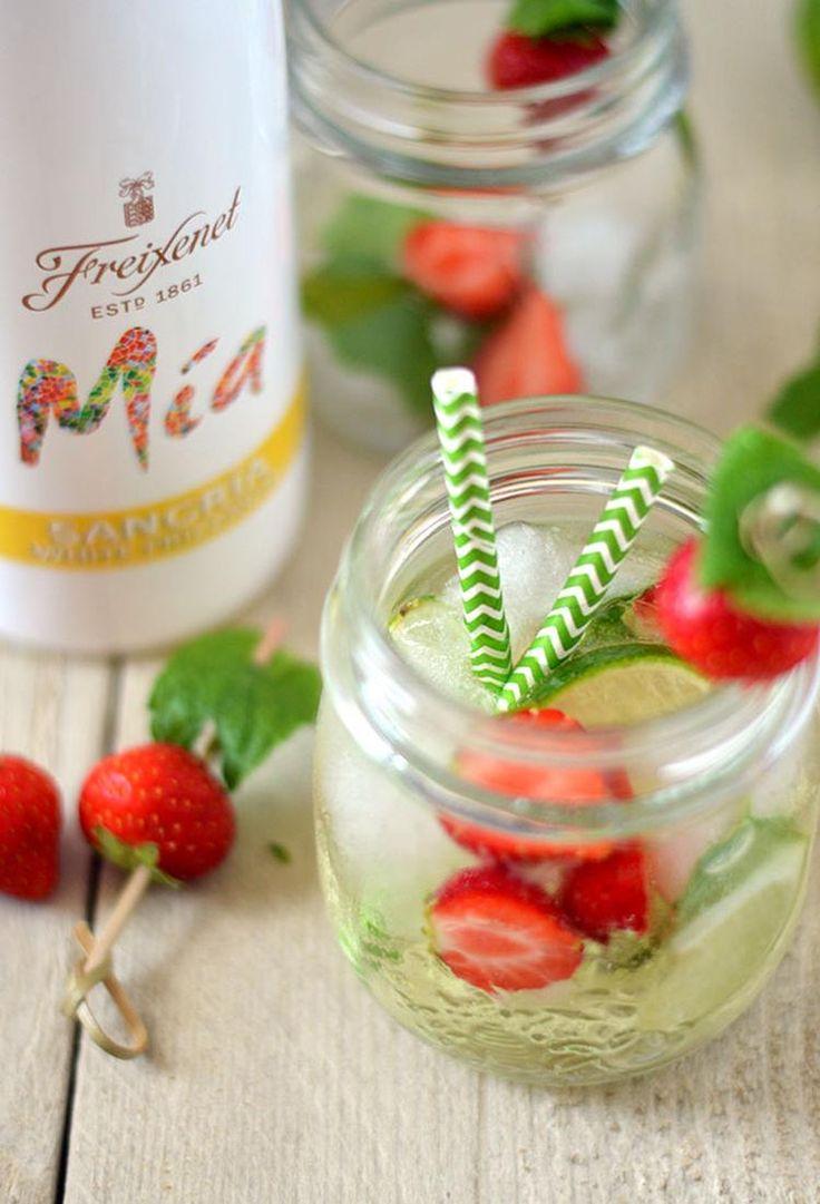Een heerlijke zomerse cocktail: witte sangria met aardbei, munt en limoen! Trakteer vrienden of familie eens op dit heerlijke drankje tijdens de BBQ of een avondje borrelen. Proost! (Recept via BRON)