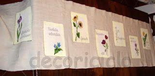 """tovaglia """"Erbario"""", decorata con 8 """"pergamene"""" raffiguranti fiori ci campo"""