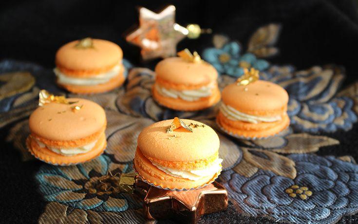 Heute schließen wir unsere Advent-Reihe ab und stellen die letzten Weihnachts-Macarons vor. Der intensive säuerliche Sanddorn-Geschmack trifft auf süß-zarte Vanille-Füllung und ergibt eine würzige und harmonische Kombination, die für uns nach Weihnachten schmeckt. Wir wünschen euch einen schönen letzten Advent und viel Erfolg beim Backen! Hier geht es zu unserem ersten Advent,hier zum zweiten und[...]