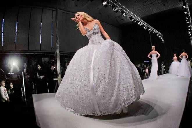 Moda matrimonio 2014/15 nuove tendenze con l'abito da sposa in grigio