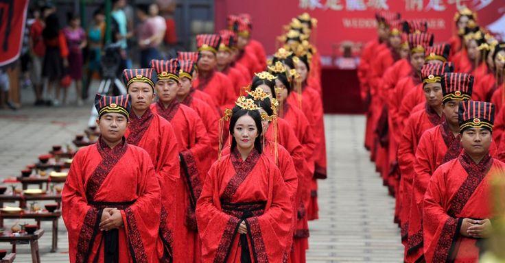 20160809 - 22 casais participaram de cerimônia de casamento coletivo em templo da cidade de Taiyuan, no norte da China. O evento acontece no Dia dos Namorados chinês, celebrado sempre no sétimo dia do sétimo mês lunar do calendário chinês Imagem: Zhan Yan/Xinhua