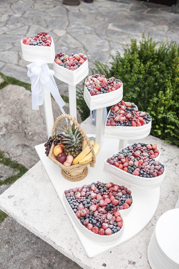 Mehrstöckige Hochzeitstorte in Herzform mit Beeren