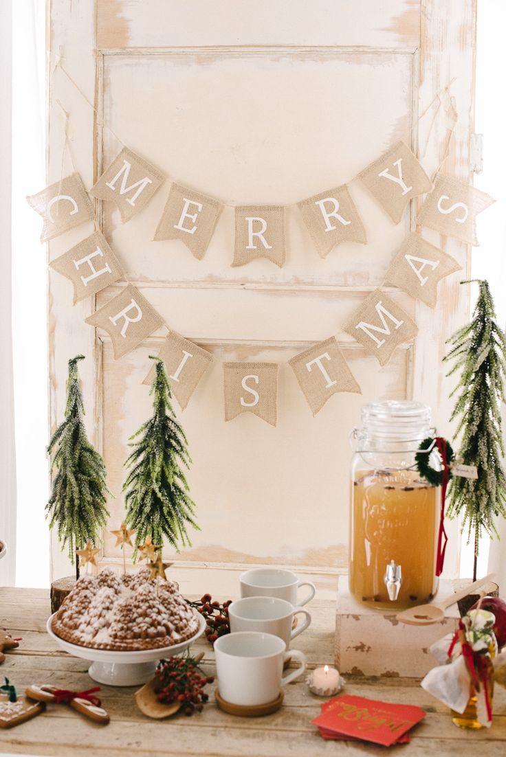 Perfekt für ein gemütliches Weihnachtsfest: die Jute Girlande mit dem Aufdruck 'Merry Christmas'. Sie besteht aus zwei Einzelgirlanden, die nebeneinander Ober untereinander aufgehenden werden können. Auch sehr schön am Eingang des Hauses oder hinter dem Weihnachtsbaum! Länge: 2,5m