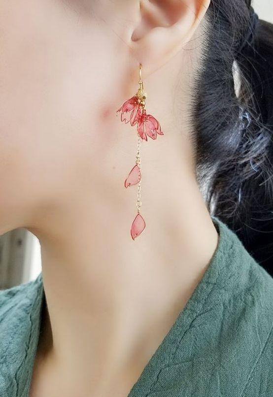 Süße hängende Ohrringe in Rosa, Blumen, Blumenmotiv aus Gold auch als Geschenk