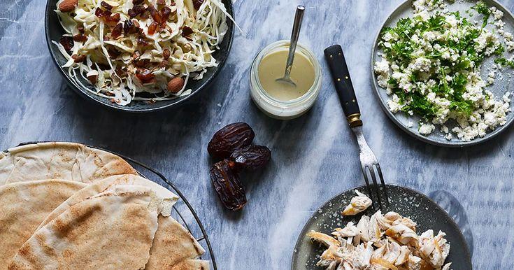 Shawarma er blitt en populær rett og i de fleste større byer kan du kjøpe dem omtrent på hvert eneste gatehjørne. De heter alt fra dönerkebab til gyros – men bestå hovedsaklig av de samme ingrediensene: Mykt brød, salat, kebabkjøtt og dressing! Det er en utmerket kombinasjon, en fristelse de fleste av oss ikke kan motstå! De fire magiske ingrediensene kan lett lages til noe helt annet, og med enda rikere smak.