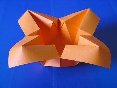 Origami: Vaso con petali - Vase with petals. From one uncut square of copy paper, 21 x 21 cm.  Designed and folded by Francesco Guarnieri, July 2009. http://guarnieri-origami.blogspot.it/2013/01/vaso-con-petali.html
