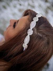 Если вы не хотите травмировать свои волосы различными гелями, муссами, лаками и феном, но при этом хотите украсить свою укладку на свадьбу, повяжите на голову повязку или ленту. Эти свадебные аксессуары для волос невесты помогут вам создать романтичный, нежный образ