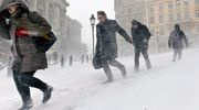 Ihmiset kahlaavat lumessa Tukholmassa.