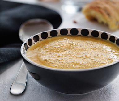 Klassisk pumpasoppa är en mjuk och värmande soppa med ingredienserna pumpa, schalottenlök och grädde. Servera hembakade pumpabröd till den ljuvliga soppan för en komplett måltid baserad på pumpa.