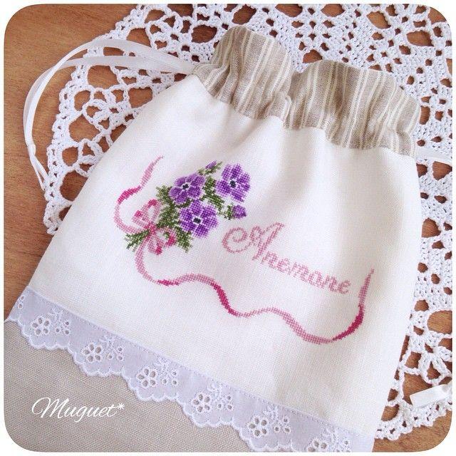 . 昨日に続いて、 完成した巾着のご紹介です。  アネモネも同じ布合わせで 仕立てました♡  巾着2点は今週の土曜日に ショップで販売する予定です。  #刺繍 #クロスステッチ #アネモネ #花 #リネン #巾着 #ハンドメイド #手作り #手芸 #手仕事 #embroidery #crossstich #handmade #handwork #diy #anemone #flower #linen