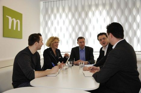 Heute schon in einem Meeting gewesen?  Sie wissen schon, dass sind jene Events in denen dauernd geredet wird. Festzustellen ist, dass derzeit eine wahre Meeting-Manie in den Unternehmen läuft. Es gibt aber einige Gründe um Meetings zu hinterfragen: Wir haben sie für Sie aufbereitet.