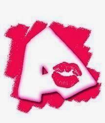 Alfabeto con besos sobre pintadas.