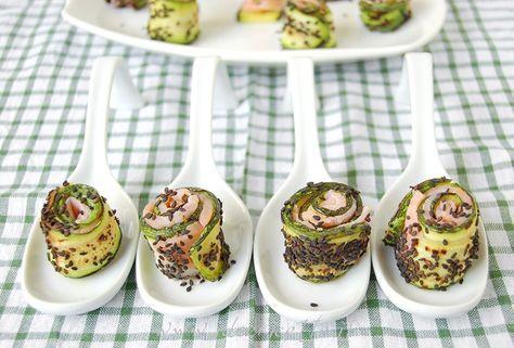 Ricetta Involtini di salmone affumicato, zucchine grigliate e semi di sesamo neri http://www.ideericette.it/ricetta-involtini-di-salmone-affumicato-zucchine-grigliate-e-semi-di-sesamo-neri/