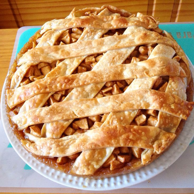 Pastel de manzana mega fácil.  Masa para pascualina de hoja y el relleno manzanas en cubos, canela , ron y azúcar morena a gusto. Hornear por 20 minutos a180 grados o hasta que este dorado