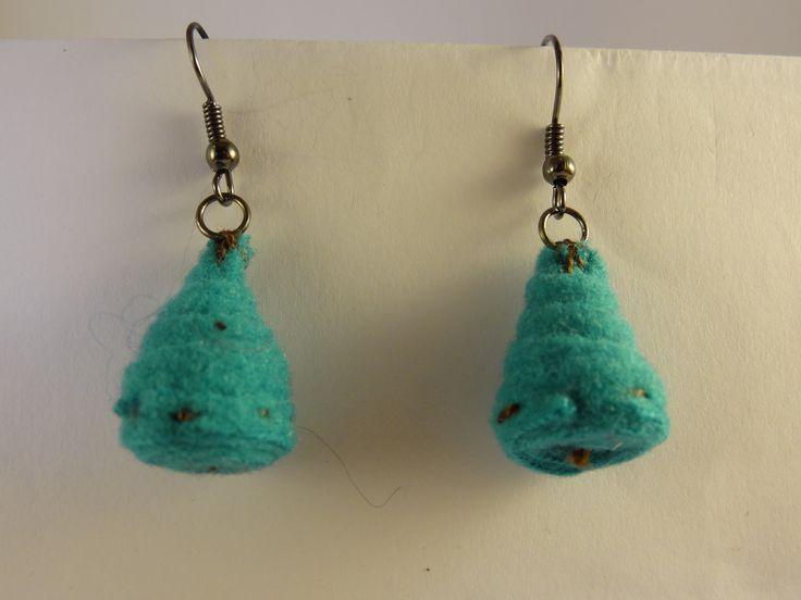 Pendentifs d'oreilles avec perle conique en feutrine roulée turquoise. : Boucles d'oreille par la-fabrique-de-cadot