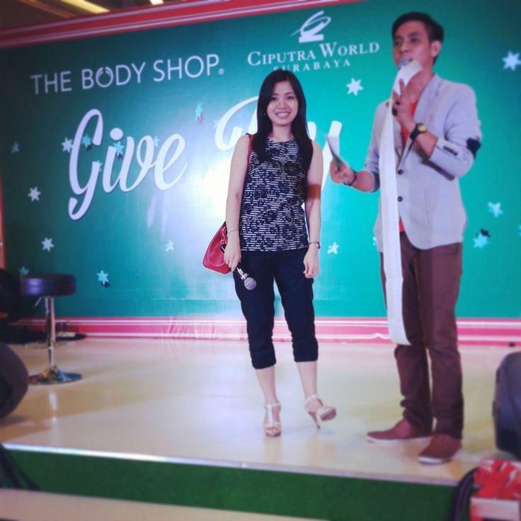Nia sebagai Highest Spender! Mendapatkan gratis Body Butter selama 1 Tahun. Yeaaay! #TBSGiveJoy @The Body Shop Indonesia @CiputraWorldIndo
