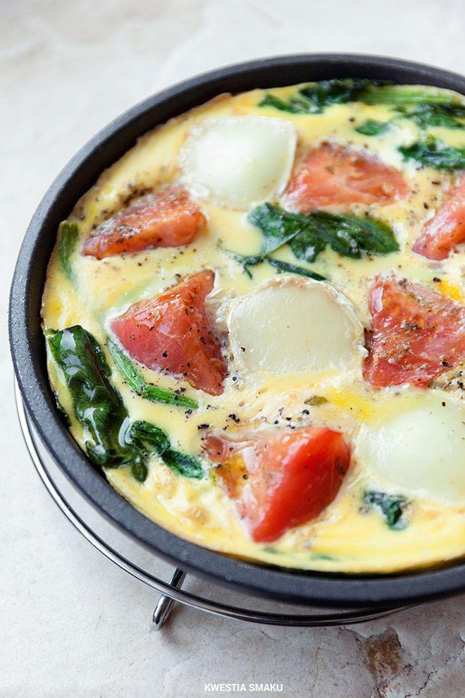 Frittata ze szpinakiem, pomidorami i serem (kozim lub mozzarellą) doprawiona czosnkiem i oregano