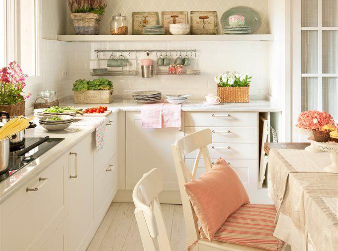 Cocina blanca con suelos de barro cocido 00412977 ob for Cocinas y banos pequenos