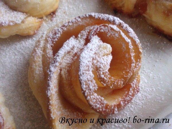 Красивая, вкусная, праздничная выпечка!.Слоёное тесто, немного повидла и яблоки, а результат - вкуснейшие розочки!..Ингредиенты:.лист слоёного теста (около 400 гр).3-4 яблока.1 стакан воды.1/2 стакана сахара.2-3 ст.л. густого варенья или пови...