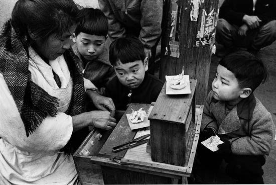 Asakusa, Tokyo, 1954 by Ken Domon